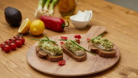 Ražani hleb sa namazom od avokada i čeri paradajza
