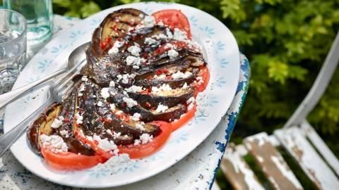 Grilovani plavi patlidžan na karpaću od paradajza