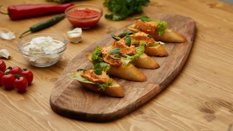 Pica baget sa urnebes salatom i mladim lukom
