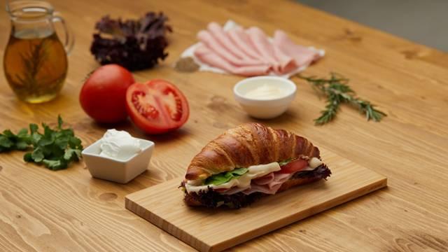 Kroasan - sendvič od šunke i namaza od sira i vlašca