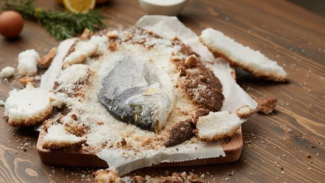 Orada pečena u korici od soli i limuna